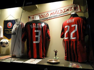 Camisas Maldini e Kaká no Museu do Milan