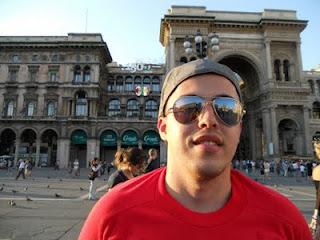 Gustavo na frente da Galeria Vittorio Emanuele - Milão