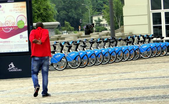 """Eu chegando numa estação da """"Vél'oh"""" no quartier do Governo em Luxemburgo"""