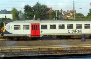 um trem qualquer da SNCB no caminho