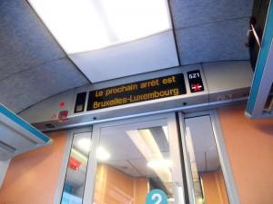 dentro do trem anunciando a próxima estação