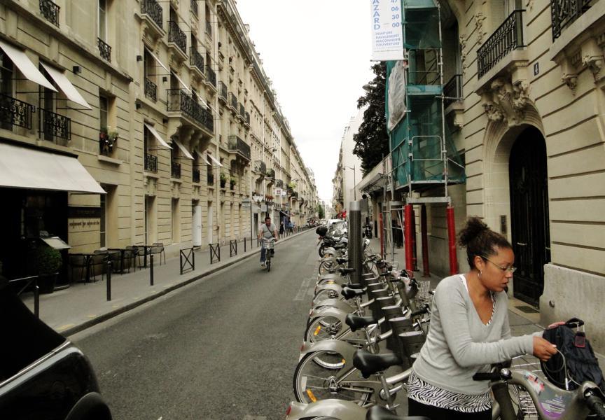 Aline estacionando a Velib na Rue des Belles Feuilles