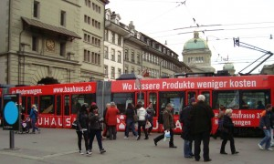 Tram em Berna perto da Torre Käfigturm na Marktgasse