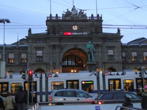 Tram passando na frente da Zurich HB