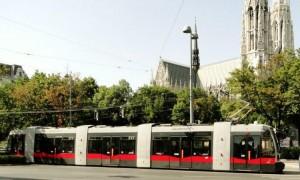 Tram de Viena próximo ao Sigmund Freud Park