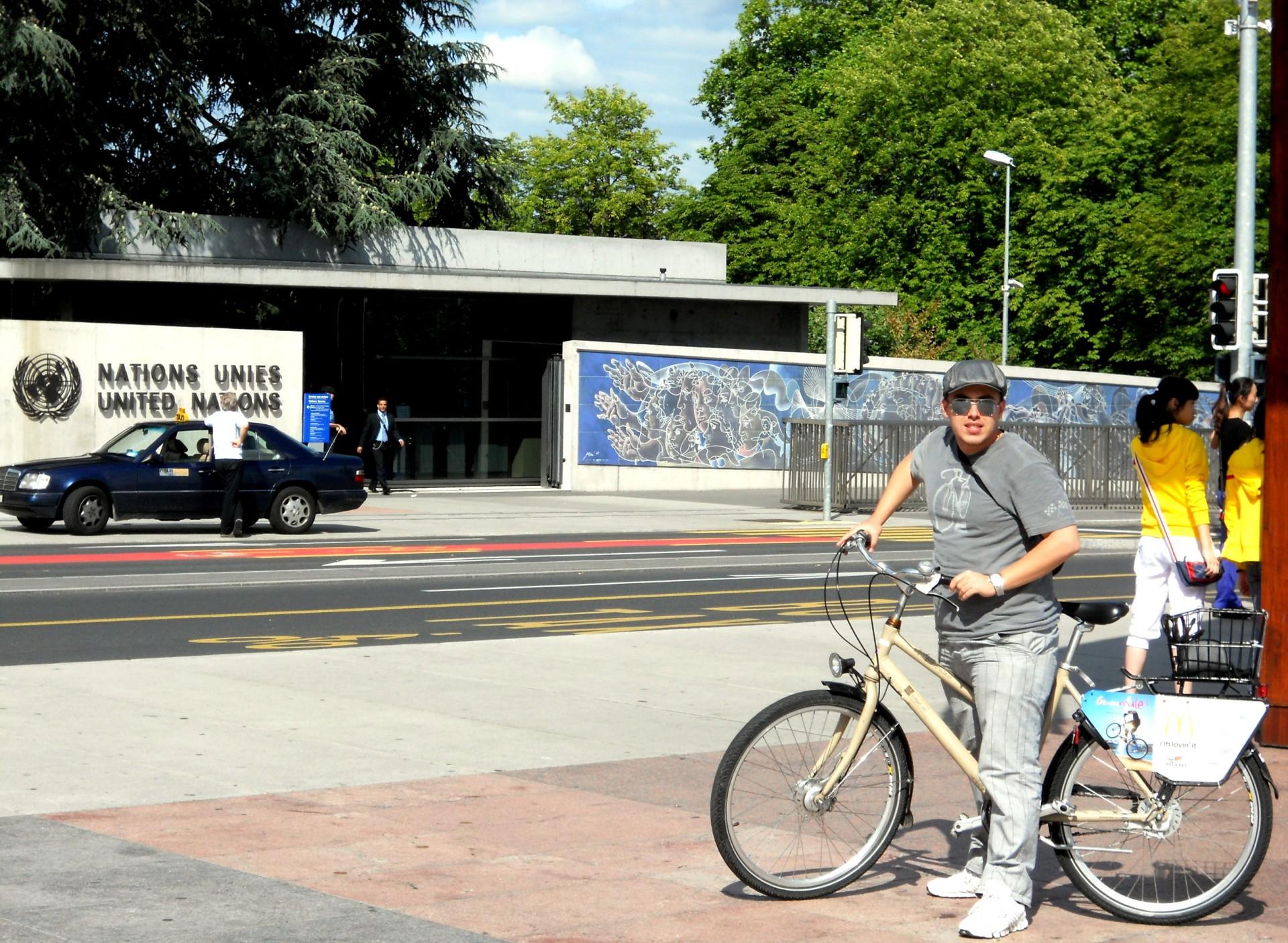 Gustavo de bike em frente a ONU na Place des Nations em Genebra