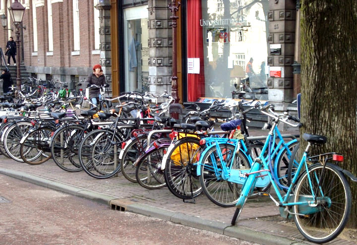 Um dos aglomerados de bicicletas que fotografamos na nossa primeira passagem por Amsterdam em 2010