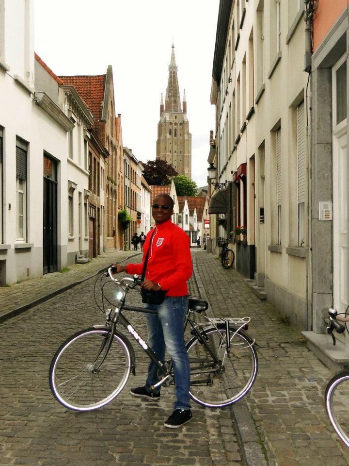Renato de bike pelas vielas de Bruges