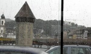 Chapel Bridge e Water Tower pelo vidro molhado