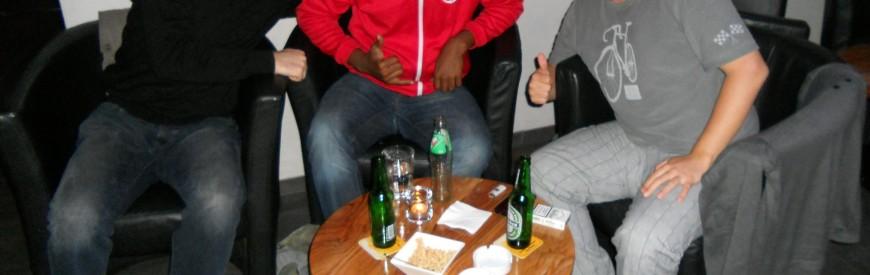 Michael, Renato e Gustavo num pub em Lucerna esperando a chuva passar