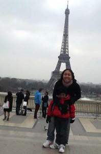Karina e Lucca no Trocadero, de frente pra Torre Eiffel