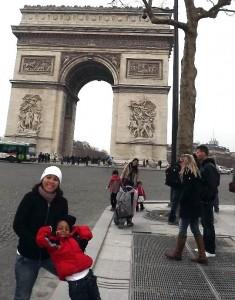 Lucca e Karina na Champs Elysée com o Arco do Triunfo
