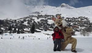 Lucca brincando na neve em Les Esserts