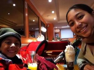 Lucca e Karina se esquentando num café em Evian