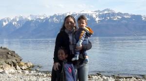 Karina, Matheus e Lucca em Ouchy, Alpes ao fundo