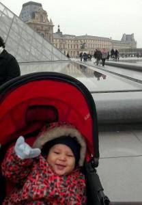 Matheuzinho todo feliz no Louvre
