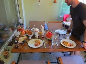 Michael ajeitando a mesa pro brunch