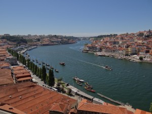 Vista do Porto e Vila Nova de Gaia ao longo do Rio Douro