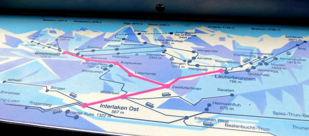 Em vermelho o Y da Berner Obelarnd Bahn na mesinha do assento