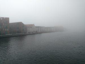 Região do porto debaixo de muita neblina