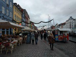 muitos restaurantes na beira do canal do Nyhavn
