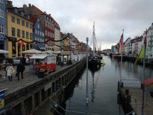 Nyhavn com seu canal e suas casinhas coloridas